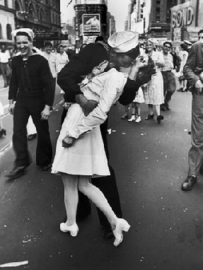 Alfred Eisenstaedt American Jewish Photographer Kissing The War Goodbye Times Square